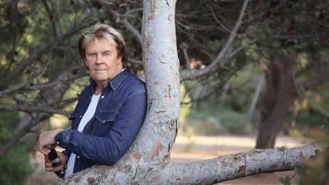 Howard Carpendale am Baum gelehnt