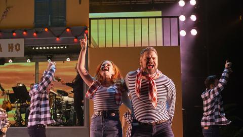 Sabine (gespielt von Vera Bolten) und Peter (Enrico De Pieri) auf der Bühne