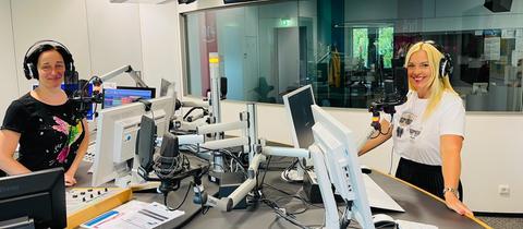 Inka Gluschke und Britta Wiegand stehen im hr4-Studio