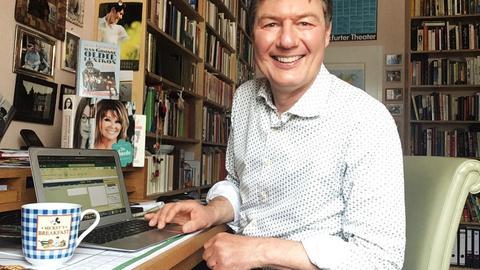 Dieter Voss sitzt Zuhause am Laptop