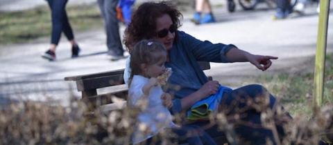 Diane Steffens und ihre Enkelin Maila