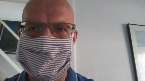 hr4-Team zeigt Maske