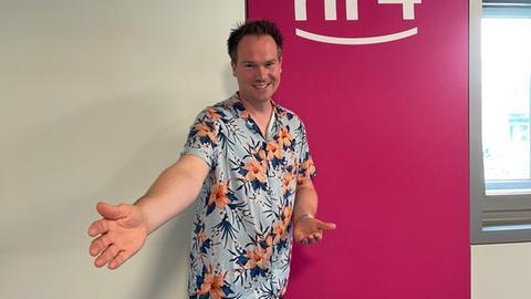 Jascha Küllmer im Hawaii-Hemd