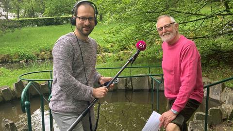 Jürgen Scholle zusammen mit Heinz Preitauer vom Kneipp-Verein Kassel am Tretbecken im Bergpark Wilhelmshöhe