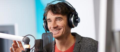 hr4-Moderator Uwe Becker moderiert im Studio