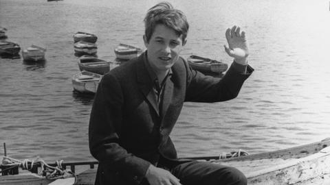 Udo Jürgens sitzt 1965 im Hafen von Neapel auf einem Boot