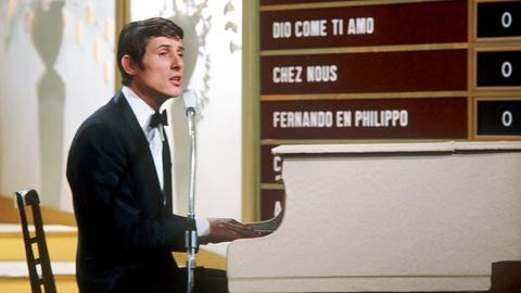 """Udo Jürgens sitzt 1966 beim ESC-Finale am Klavier und singt seinen Titel """"Merci Cherie"""""""