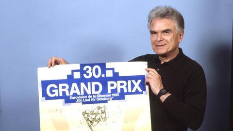 Walter Andreas Schwarz, der 1956 neben Freddy Quinn für Deutschland sang, mit dem Poster zum 30-jährigen Jubiläum