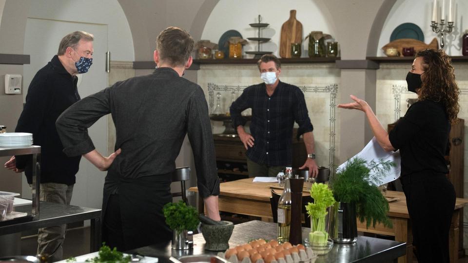 Bei den Proben tragen die Schauspieler (Wolfgang Häntsch, l., Herbert Ulrich, 2.v.r. und Philipp Oliver Baumgarten, 2.v.l.) und das Drehteam eine Mund-Nasen-Bedeckung und halten den gebotenen Sicherheitsabstand.