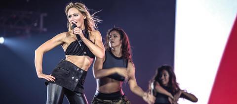 Helene Fischer mit zwei Tänzerinnen auf der Bühne bei ihrer Stadion-Tour