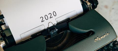 Blattpapier in einer Schreibmaschine, auf dem 2020 steht