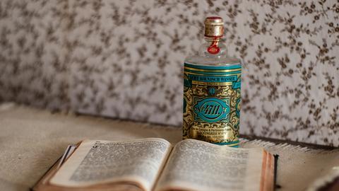 4711-Flasche und Buch