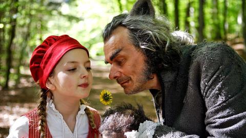 Märchenklassiker im Ersten - Rotkäppchen (Amona Aßmann) und der böse Wolf (Edgar Selge).