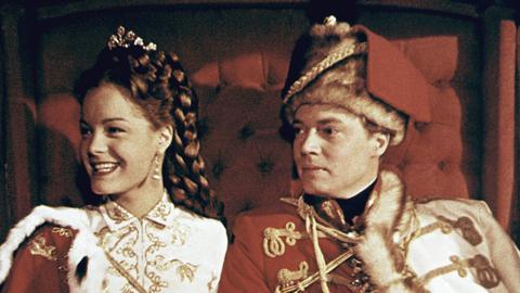 Sissi (Romy Schneider), endlich wieder gesund, kehrt mit ihrem Mann Franz Josef (Karlheinz Böhm) nach Wien zurück.