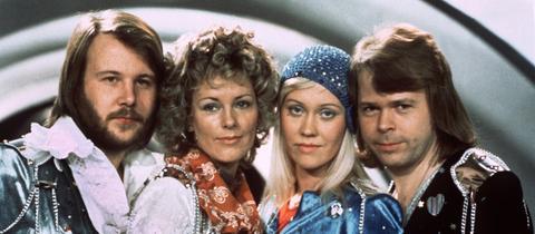 ABBA beim ESC 1974 - Benny Andersson, Anni-Frid Lyngstad, Agnetha Fältskog und Björn Ulvaeus