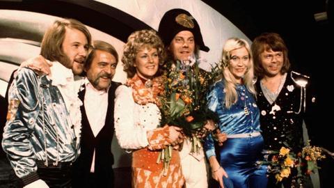 ABBA nach dem Sieg auf der Bühne