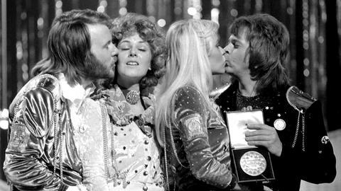 Benny Andersson küsst Anni-Frid Lyngstad und Agnetha Fältskog küsst Björn Ulvaeus