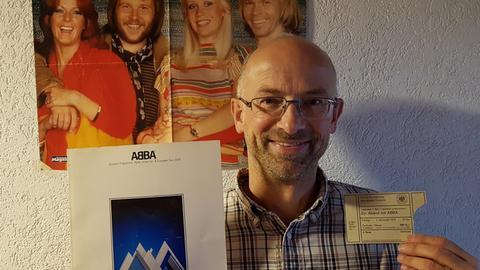 Rainer Arnold mit seinem ABBA-Ticket