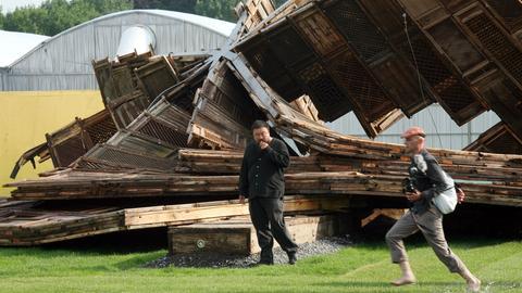 """Der Chinese Ai Weiwei (M) steht am Auepavillion in Kassel vor seinem zerstörten Kunstwerk """"Template"""" (Archivfoto vom 20.06.2007). Am Sonntag (23.09.) endet nach 100 Tagen die documenta. Trotz zum Teil heftiger Kritik der Kunstszene wird die 12. Auflage der Weltkunstausstellung einen Besucherrekord erzielen."""