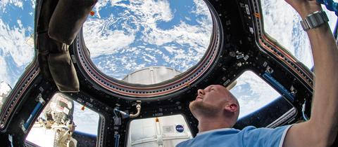 Alexander Gerst blickt bei seiner Mission 2014 aus der ISS auf die Erde
