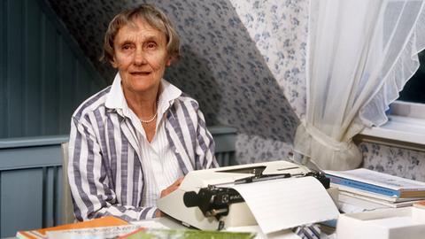 Astrid Lindgren an ihrem Schreibtisch (1987)