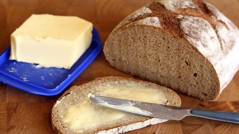 Butter und Brot sowie ein Butterbrot