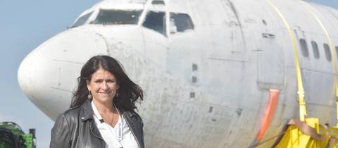 """Diana Müll vor der """"Landshut"""", die vor einigen Wochen wieder nach Deutschland kam"""