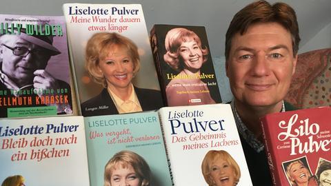 Dieter Voss mit Büchern