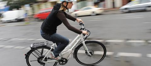 Frau auf einem E-Bike