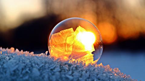 Eisblume in einer gefrorenen Seifenblase