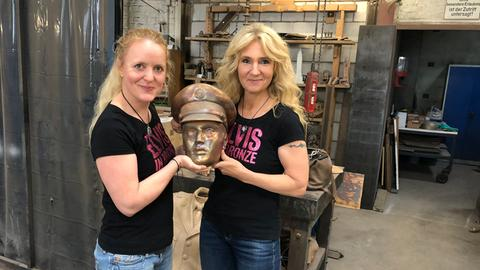 Elvis-Statue für Bad Nauheim - Meike Berger und Angela Storm mit dem Kopf der Elvis-Statue
