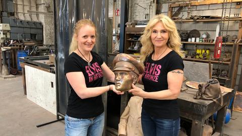 Elvis-Statue für Bad Nauheim - Meike Berger und Angela Storm mit Elvis' Kopf