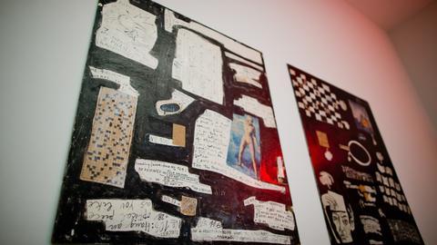 """Die Collage des verstorbenen Fluxus-Künstlers Arthur Köpcke, """"Reading/Work-Pieces (a und B)"""" aus dem Jahre 1965, ist am 04.08.2016 im Neuen Museum in Nürnberg (Bayern). ausgestellt. Eine Rentnerin hat im Juli mit einem Kugelschreiber das auf dem Werk vorhande Kreuzworträtsel im Museum ausgefüllt."""