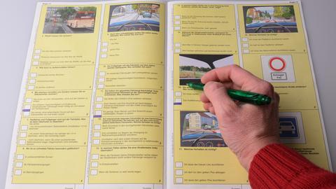 Ausfüllen eines Führerscheinprüfungsbogens