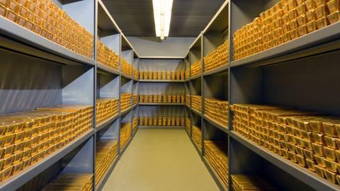 Goldbarren in einem Tresor in der Bundesbank in Frankfurt