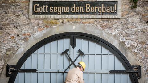 Ein Bergmann schließt das Eingangstor zur Grube Fortuna in Solms-Oberbiel auf