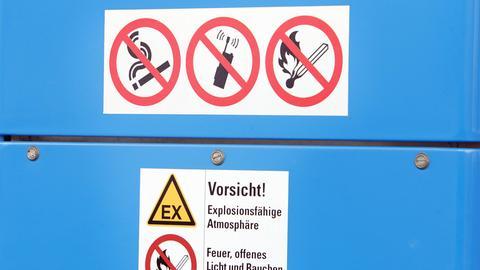Schilder weisen auf das Handyverbot an Tankstellen hin