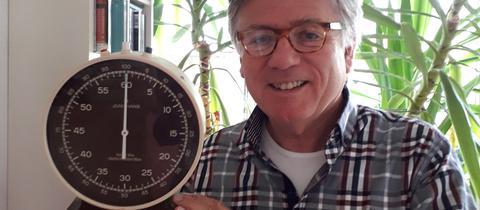 Heinz Günter Heygen zeigt stolz seine Uhr