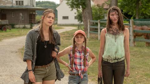 Charly (Laura Berlin), Emmie (Ella Päffgen) und Lou (Leia Holtwick) kämpfen für ihren Immenhof.
