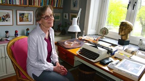 Karin Nyman, die Tochter von Astrid Lindgren, am Schreibtisch ihrer 2003 verstorbenen Mutter