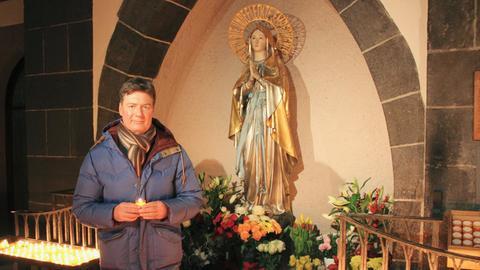 Dieter Voss vor der Marienstatue in der Liebfrauenkirche