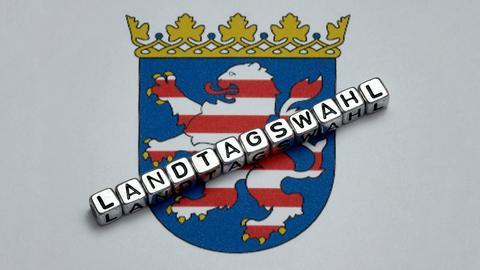 """Der Schriftzug """"Landtagswahl"""" liegt auf einem Wappen von Hessen"""