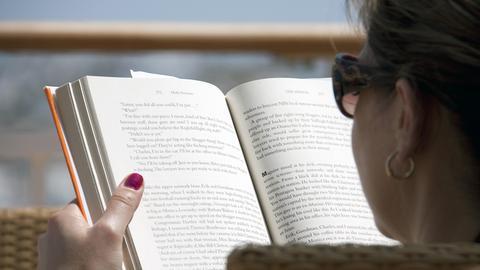 Blick von hinten auf eine lesende Frau