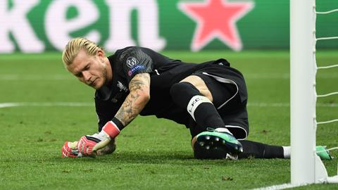 Loris Karius (FC Liverpool) liegt im Champions League Finale in Kiew gegen Real Madrid am Boden