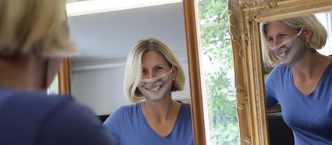 Steffi Mosler mit ihrer Maske