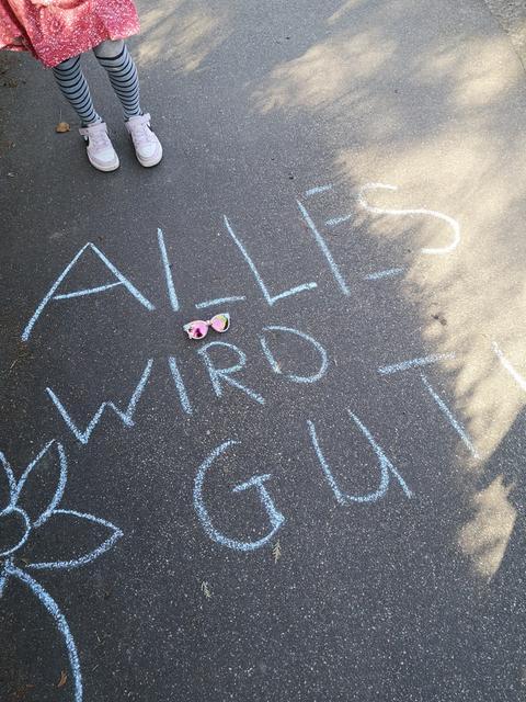 Marleen und Romy Kirste malen tolle Botschaften auf den Asphalt