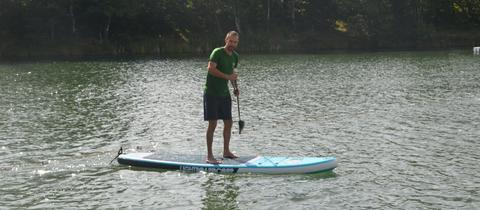 Jürgen Scholle beim Stand Up Paddling