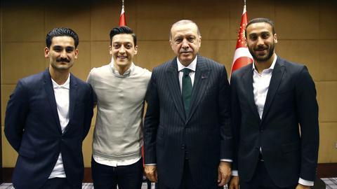 Die deutschen Nationalspieler Mesut Özil und Ilkay Gündogan Recep Erdogan, der türkische Staatspräsident Staatspräsidenten Recep Tayyip Erdoğan und Stürmer Cenk Tosun (FC Everton), der in Wetzlar geboren wurde.