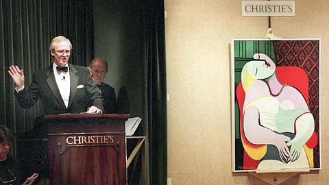 Pablo Picassos Gemälde «Le Reve» aus dem Jahr 1932 wird am 10.11.1997 im Auktionshaus Christie's in New York für 48,4 Millionen Dollar versteigert. Ein kostspieliges Missgeschick des Amerikaners Steve Wynn hat einen neuen Rekord auf dem internationalen Kunstmarkt verhindert. Der Kasino-Mogul und Kunstsammler stieß bei einer Art Abschiedszeremonie für Picassos «Le Reve» mit seinem Ellenbogen in das berühmte Gemälde und bohrte ein Loch in den Unterarm des Modell, Picassos junge Geliebte Marie-Theresa Walter. Nur 24 Stunden zuvor hatte Wynn sich mit dem Kunstliebhaber Steven Cohen über den Verkauf geeinigt.