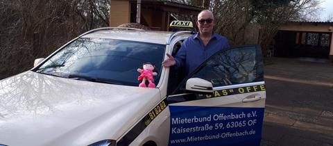 Der Offenbacher Taxifahrer Peter Wulff hat die kleine Puppe unter dem Sitz gefunden.